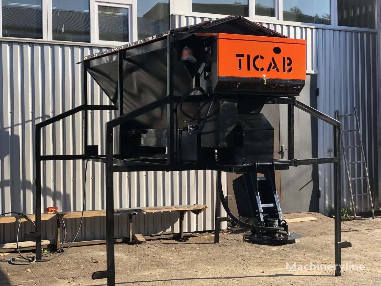 новый пескоразбрасыватель TICAB RPS-1500